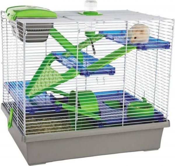 Las jaulas para hámster se recomiendan como mínimo de 70 cm de largo, 30 cm de ancho y 25 cm de alto, aunque cuanto más grandes sean mejor calidad de vida tendrán